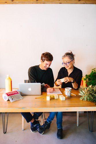 mesa con jabon de castilla ecologico en pastilla